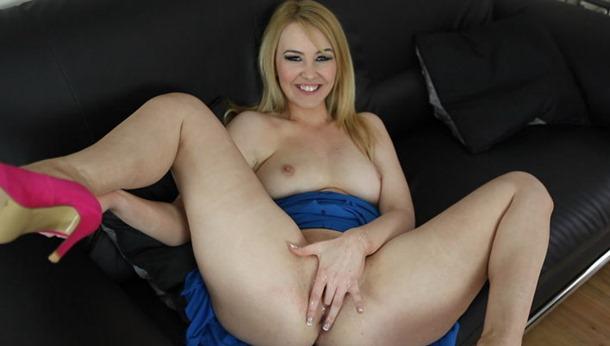 hot blonde fingering her muffin